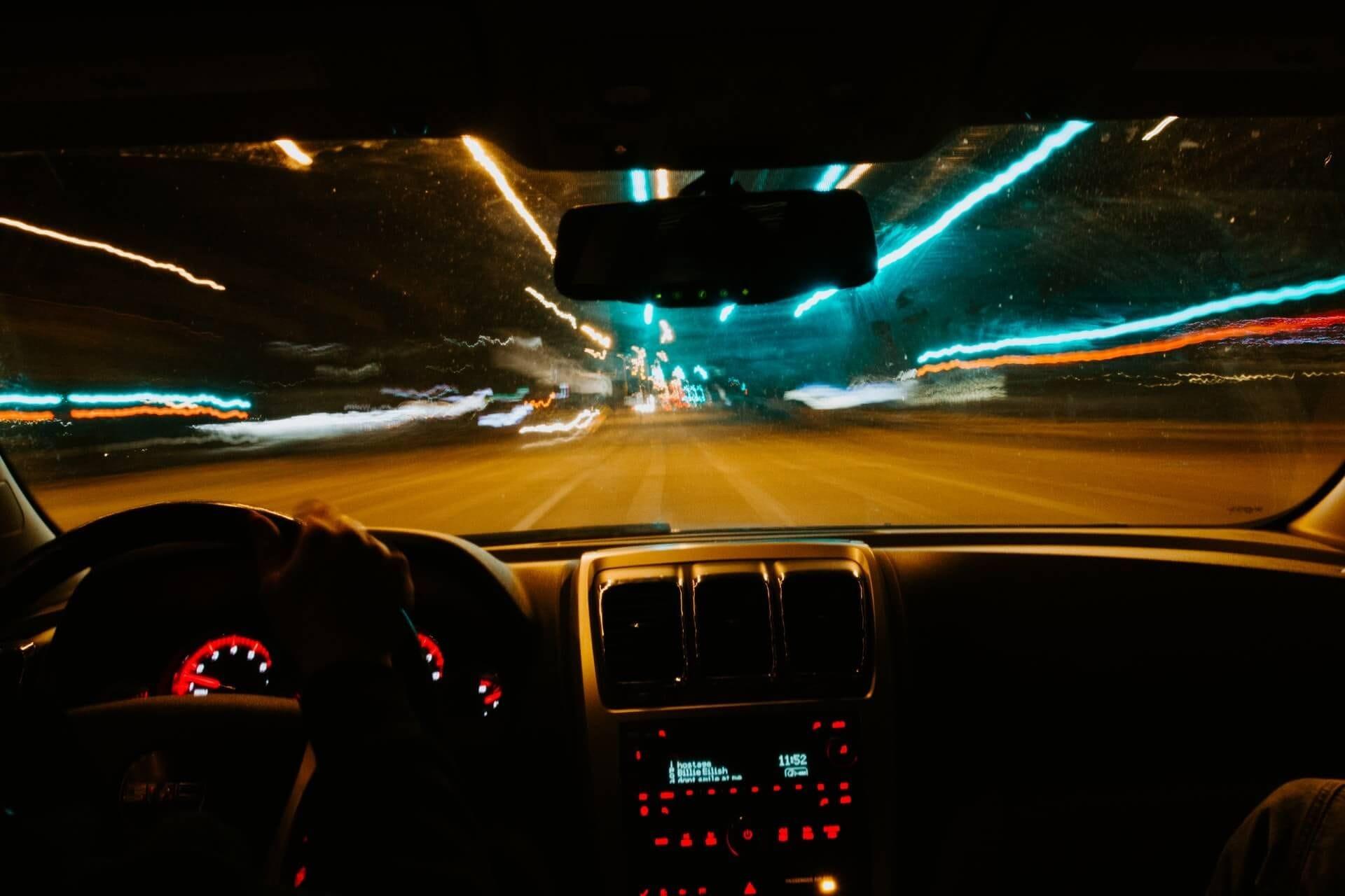 Αυτοκίνητο που κινείται με αυξημένη ταχύτητα