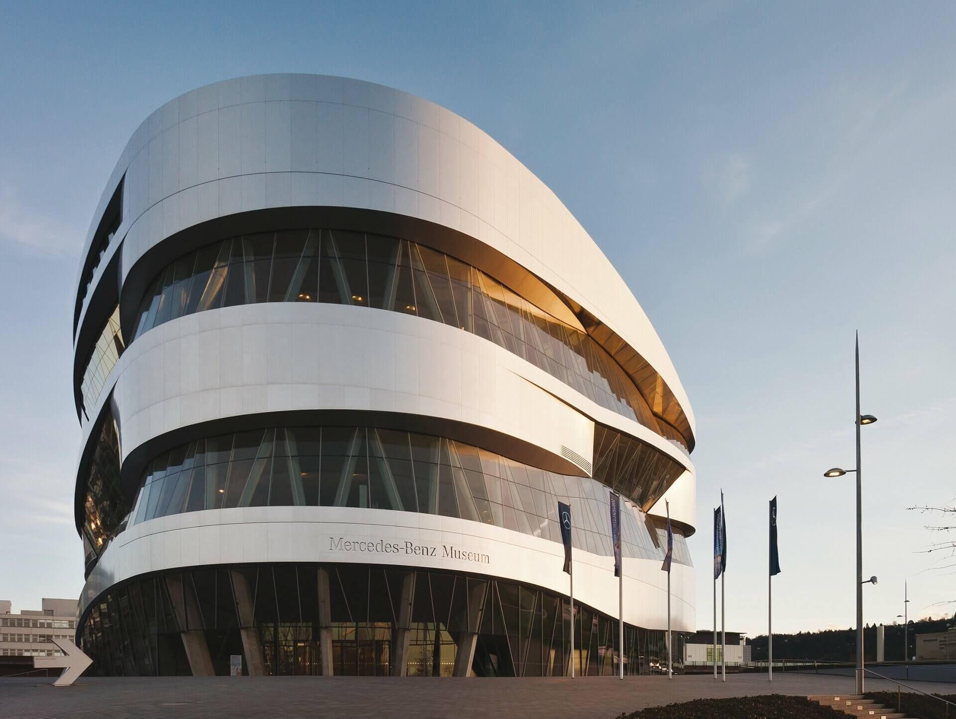 Το επιβλητικό κτίριο του μουσείου Mercedes-Benz στη Στουτγάρδη