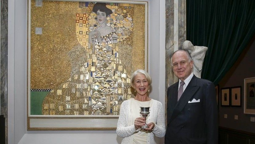 Ο Robert Lauder ποζάρει μπροστά από τον πίνακα Adele Bloch-Bauer