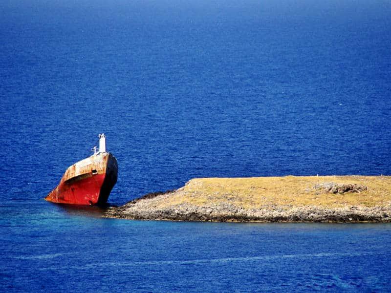 ναυάγιο Κυθήρων προεξέχει στη θάλασσα η πλώρη του