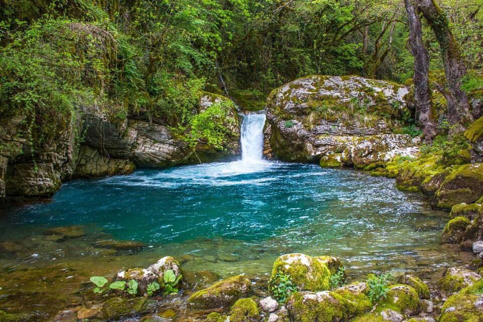 φυσικό τοπίο από την Ήπειρο: μικρός καταρράκτης καταλήγει σε λίμνη