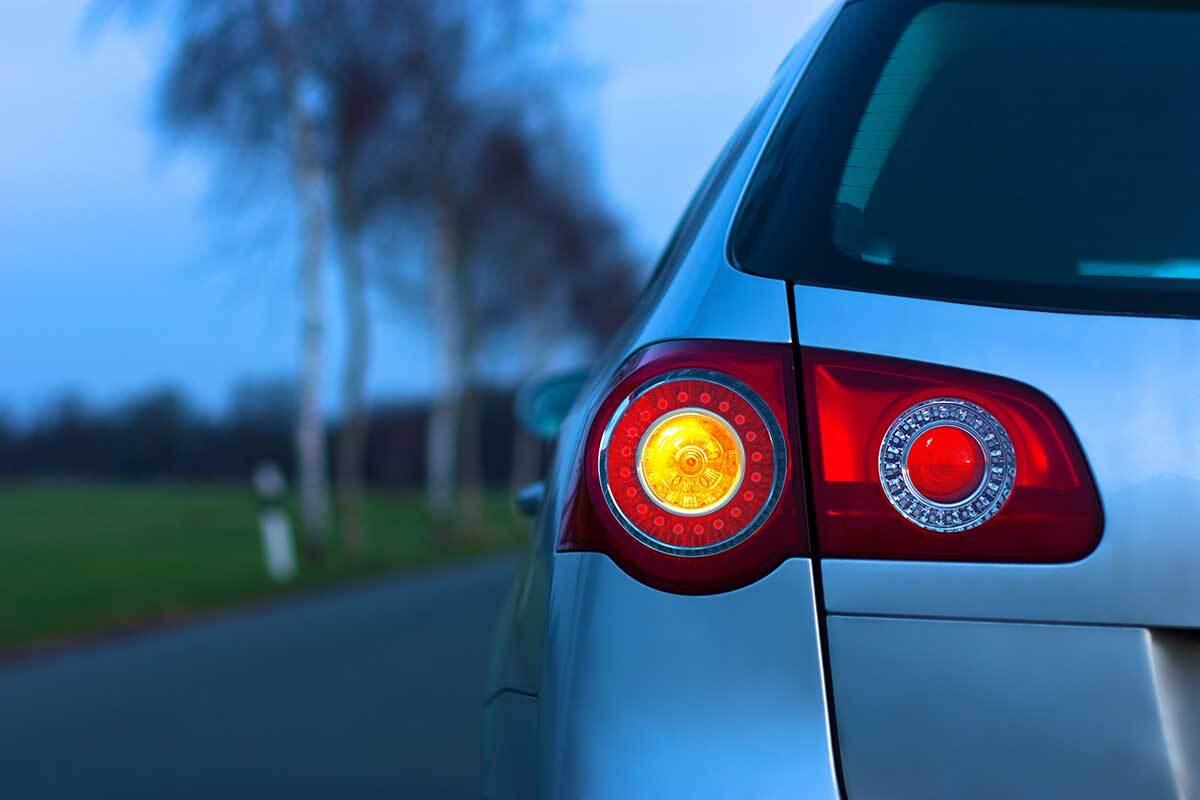 εικόνα που δείχνει το πίσω αριστερό φανάρι ενός αυτοκινήτου σε εξωτερικό χώρο