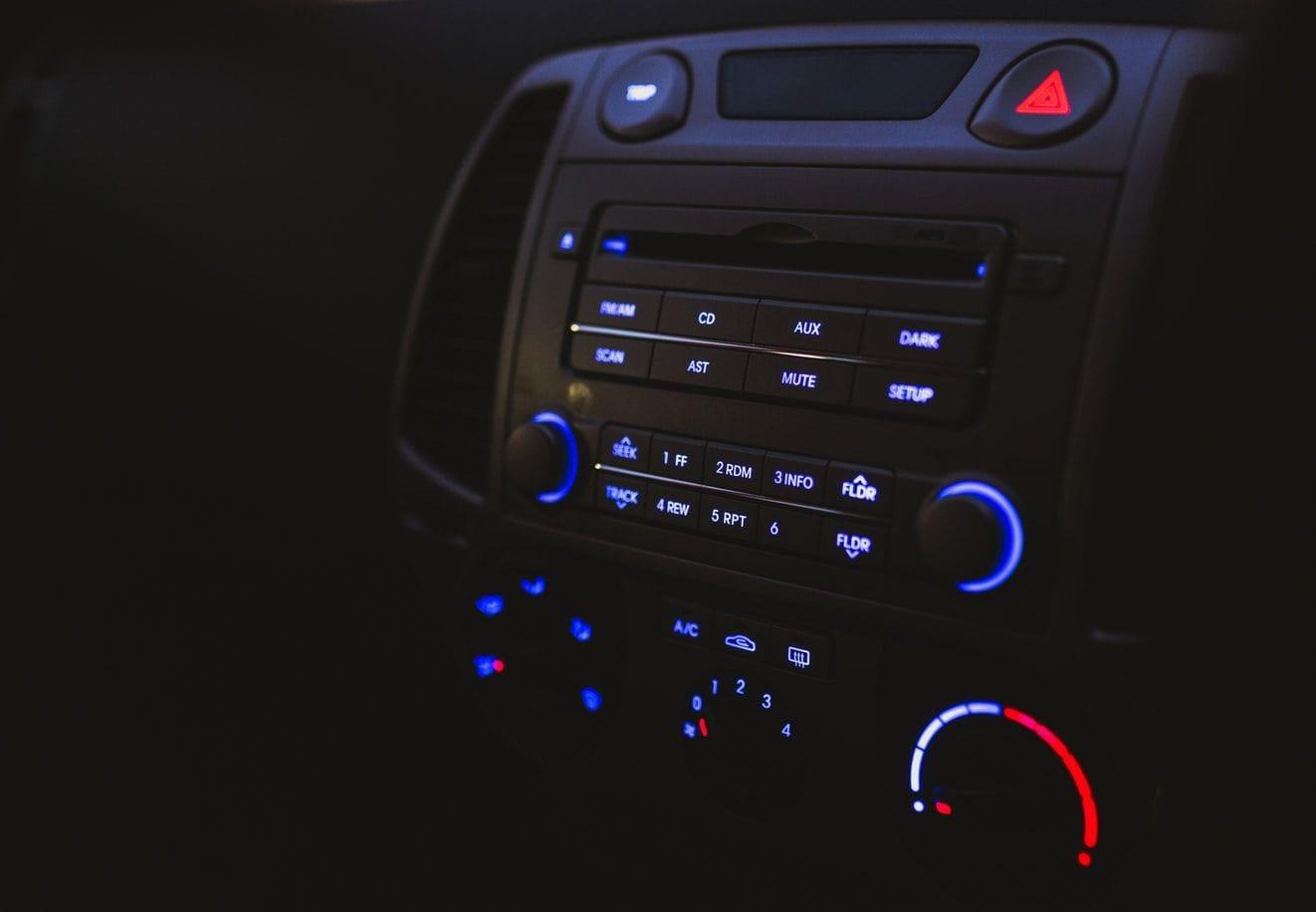 εικόνα που απεικονίζει το εσωτερικό πινακάκι ελέγχου στο ταμπλό του οχήματος