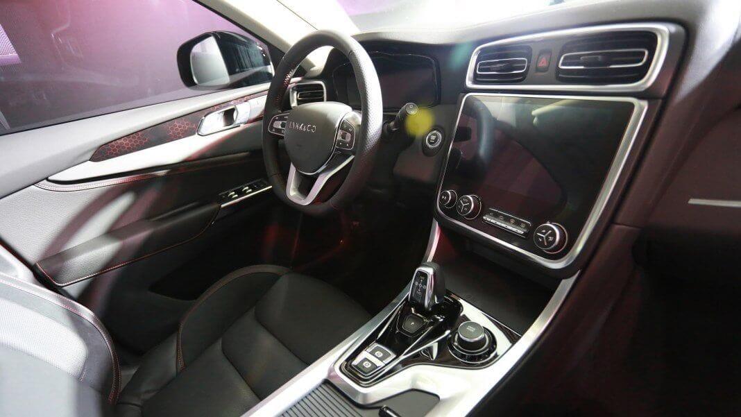 απεικόνιση του εσωτερικού του αυτοκινήτου, τιμόνι/ καθίσματα/ λεβιές/ οθόνη