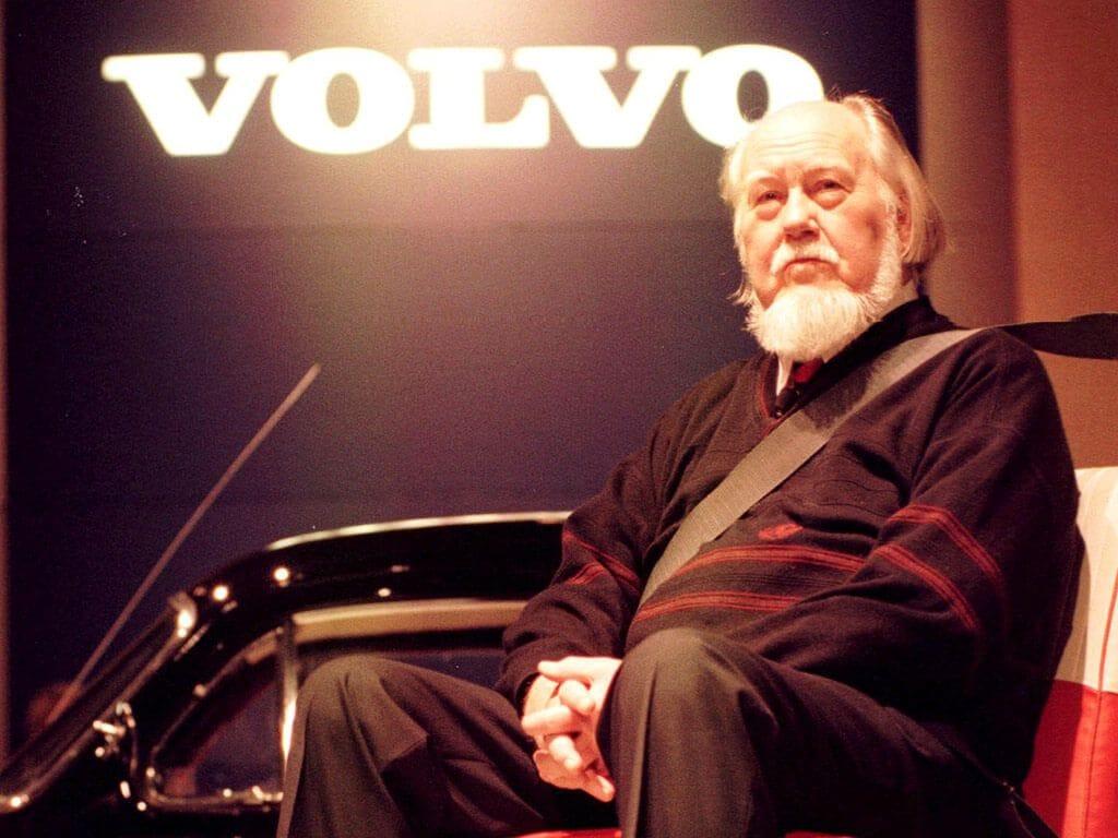 Εδώ μεγαλύτερος πια σε ηλικία ο μηχανικός Nils Bohlin σε εκδήλωση της Volvo