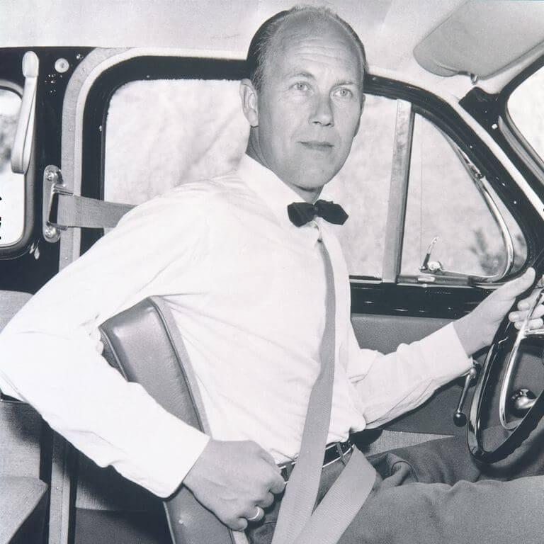 Ο μηχανικός της Volvo Nils Bohlin στη θέση του οδηγού με τη ζώνη ασφαλείας
