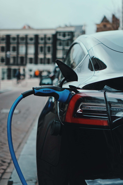 Μαύρο ηλεκτρικο αυτοκίνητο φορτίζει