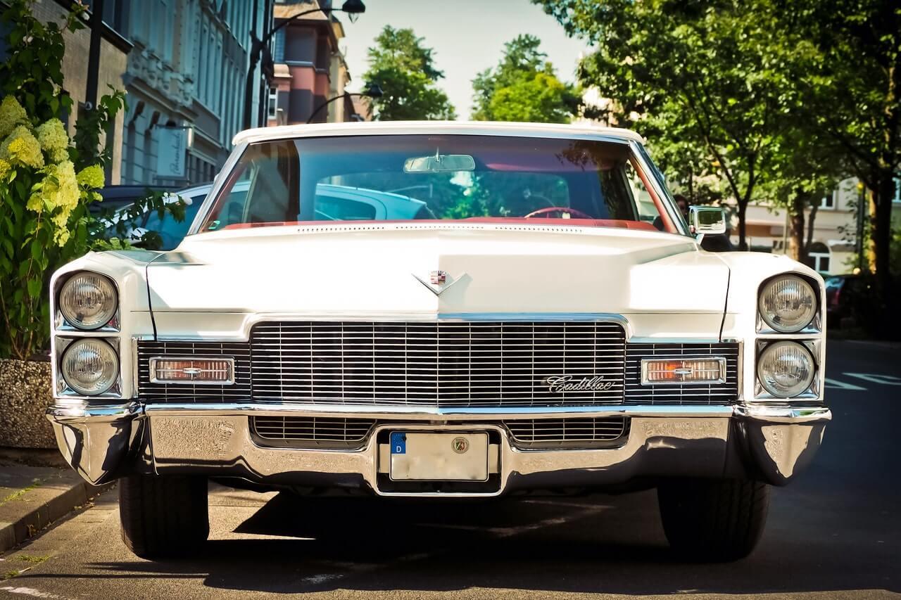 Λευκή Cadillac από μπροστά
