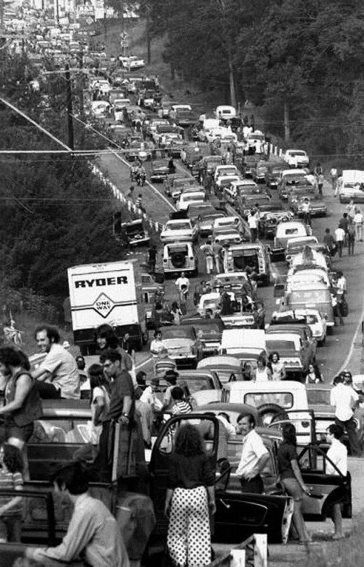 ασπρόμαυρο στιγμιότυπο από το πλήθος των ανθρώπων που πήγαν στο Woodstock