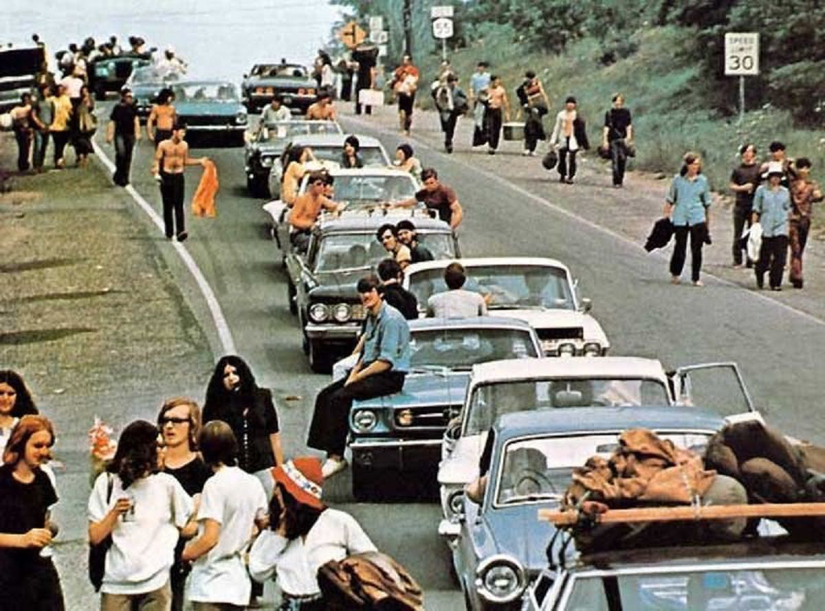 αυτοκίνητα και άνθρωποι στον δρόμο πηγαίνοντας στο Woodstock