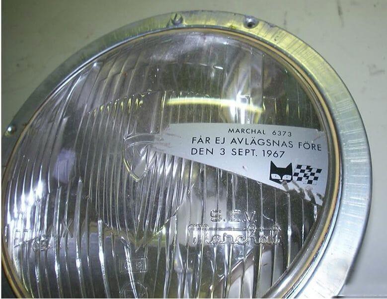 Προβολέας αυτοκινήτου με αδιάφανο αυτοκόλλητο που μπλοκάρει το τμήμα του φακού που θα έριχνε το μεγαλύτερο μέρος της έντασης της χαμηλής σκάλας στα δεξιά