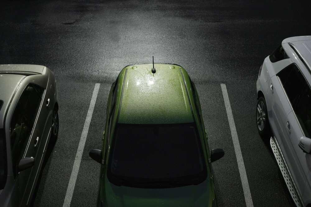 Παρκαρισμένα αυτοκίνητα σε ημίφως