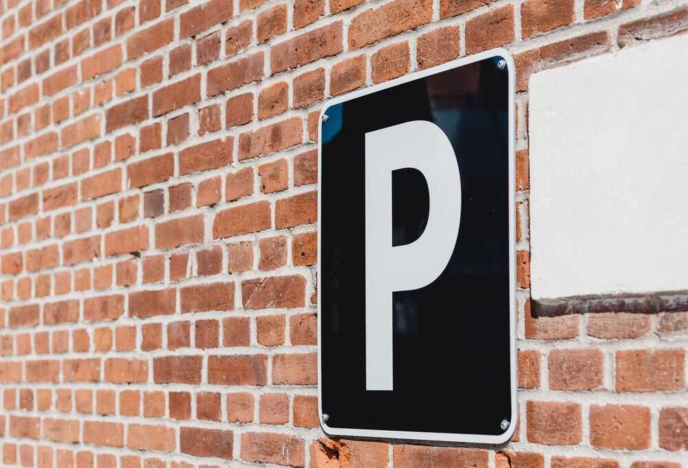 Τοίχος με το σήμα του πάρκινγκ