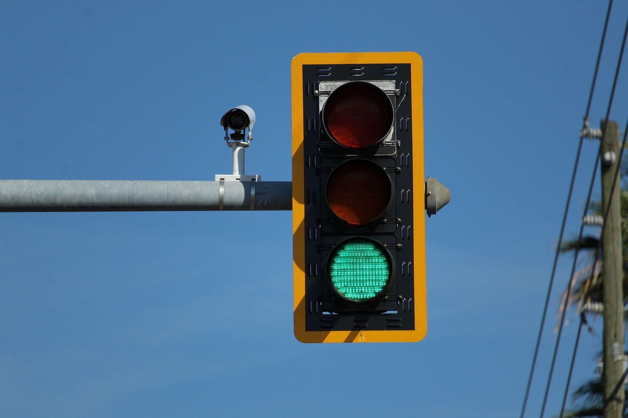 Πράσινο φανάρι κυκλοφορίας με κάμερα