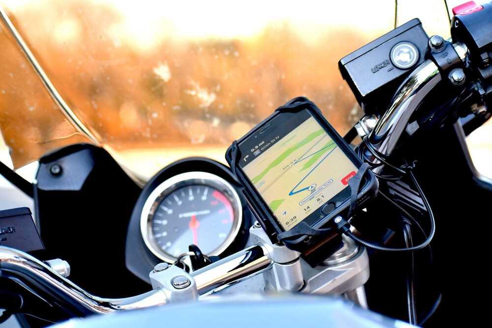 Τιμόνι μηχανής με κινητό ανοιχτό στο gps