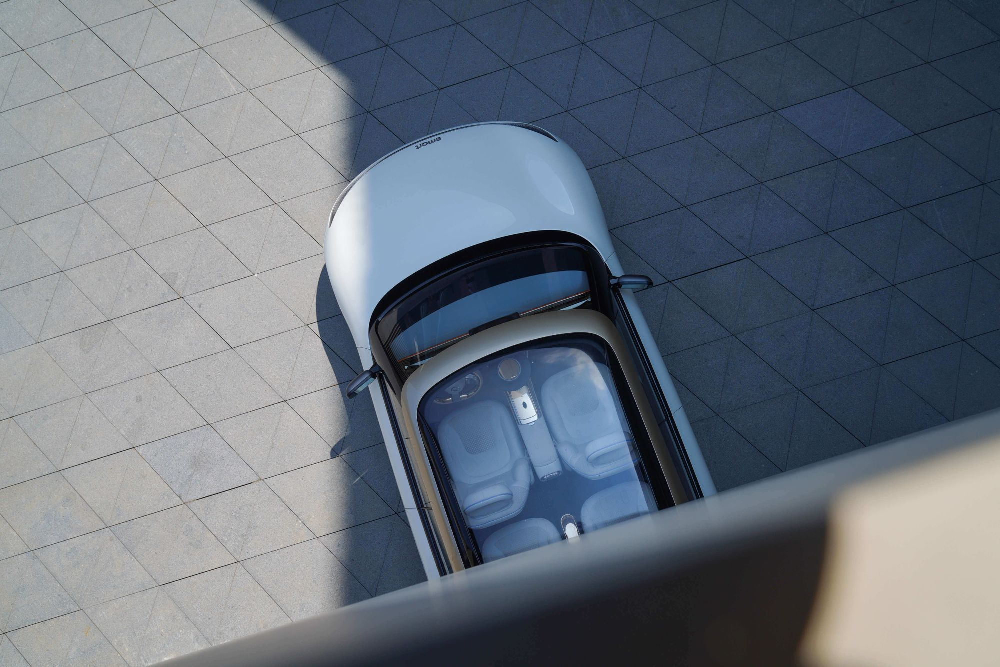 Αυτοκίνητο με γυάλινη οροφή που βλέπεις μέσα